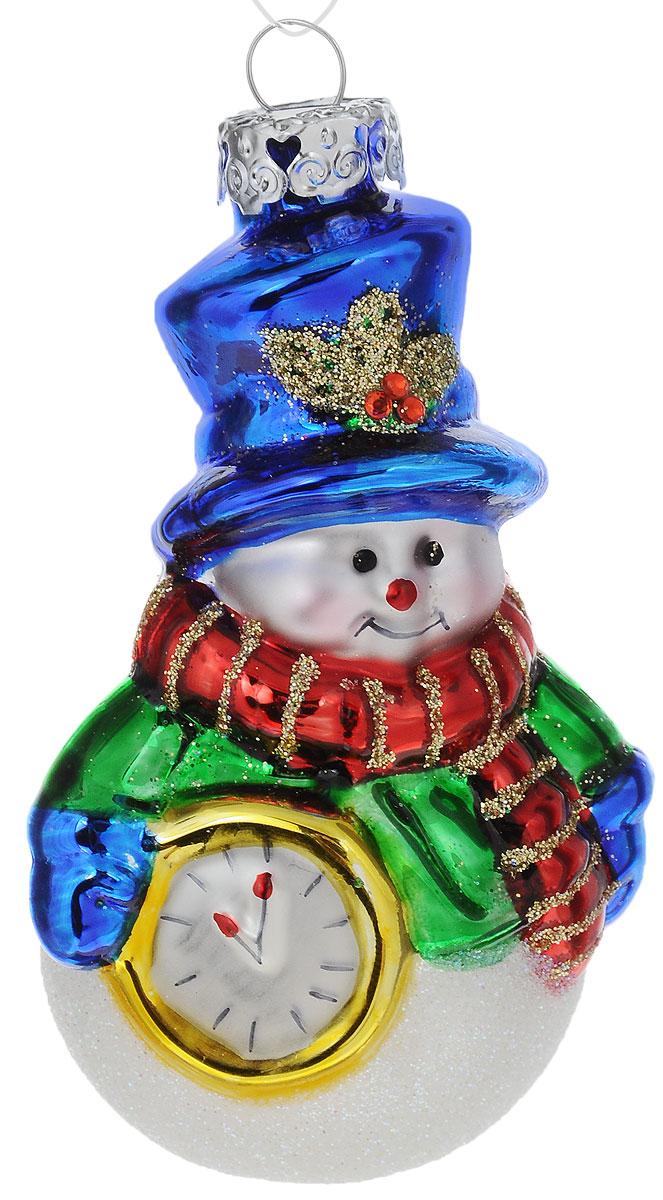 Украшение новогоднее подвесное Winter Wings Снеговик с часами, высота 7,5 смN07790Новогоднее подвесное украшение Winter Wings Снеговик с часами выполнено из стекла. С помощью специальной петельки украшение можно повесить в любом понравившемся вам месте. Но, конечно, удачнее всего оно будет смотреться на праздничной елке. Елочная игрушка - символ Нового года. Она несет в себе волшебство и красоту праздника. Создайте в своем доме атмосферу веселья и радости, украшая новогоднюю елку нарядными игрушками, которые будут из года в год накапливать теплоту воспоминаний. Размер: 4 х 4,5 х 7,5 см.