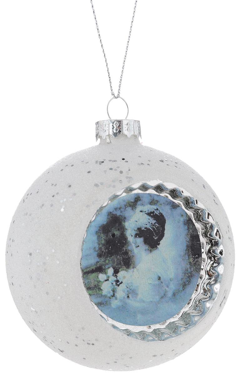 Украшение новогоднее подвесное Winter Wings Ретро, диаметр 8 смN07945Новогоднее подвесное украшение Winter Wings Ретро прекрасно подойдет для праздничного декора новогодней ели. Изделие выполнено из высококачественного стекла и украшено ретро изображением девушки. Для удобного размещения на елке на украшении предусмотрена петелька. Елочная игрушка - символ Нового года. Она несет в себе волшебство и красоту праздника. Создайте в своем доме атмосферу веселья и радости, украшая новогоднюю елку нарядными игрушками, которые будут из года в год накапливать теплоту воспоминаний. Откройте для себя удивительный мир сказок и грез. Почувствуйте волшебные минуты ожидания праздника, создайте новогоднее настроение вашим дорогим и близким.