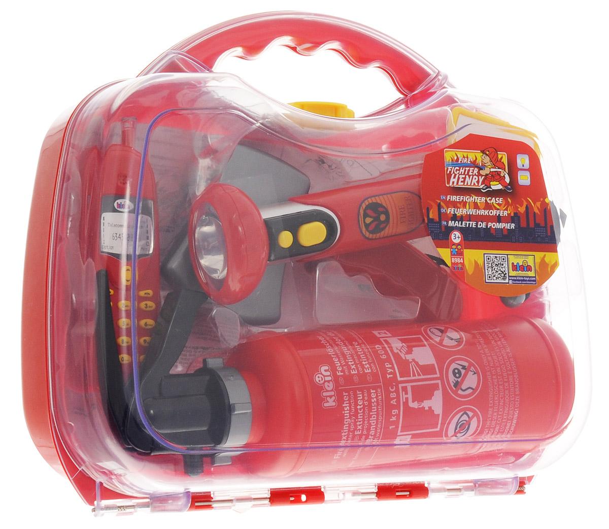 Klein Игрушечный набор пожарного8984Игрушечный набор пожарного Klein - это комплект функциональных аксессуаров борца с огнем, аккуратно уложенных в большой и яркий чемоданчик с удобной защелкой. В наборе вы найдете пластиковый топор, негромкий свисток, фонарик с ярким светом, бейджик, мобильный телефон, огнетушитель (залейте воду в его бак, а затем нажимайте на рычаг и распыляйте воду по принципу пульверизатора). Все элементы набора выполнены из качественного и безопасного пластика. Для работы фонарика необходимо купить 2 батарейки напряжением 1,5V типа АА (не входят в комплект).