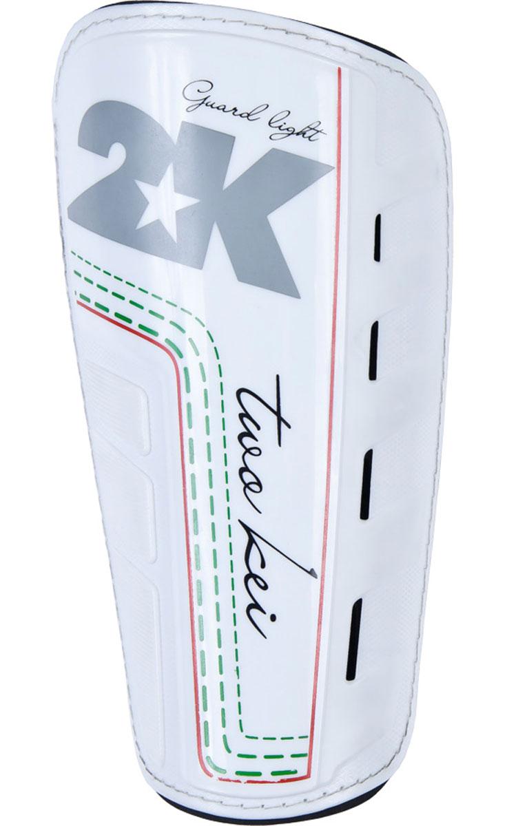Щитки футбольные 2K Sport Guard, цвет: белый, черный, серый. Размер L127323Футбольные щитки профессионального уровня 2K Sport Guard из высококачественного полипропилена. Имеет прочную переднюю панель и двухслойную текстильную подкладку с перфорациями, обеспечивающими лучшую вентиляцию. Применяется для защиты голени во время игры в футбол. В комплект входит текстильный компрессионный чулок для фиксации щитка на ноге.