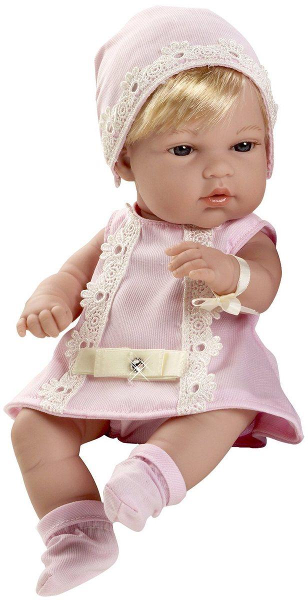 Arias Пупс Elegance цвет одежды розовый Т59285Т59285Пупс Arias Elegance одет в комплект с отделкой кружевом. Винил, использованный при производстве пупса, плотный и приятный на ощупь; он обработан так, что каждая складочка и морщинка выглядит очень естественно. Наряд создан из тех же материалов, что и одежда для новорожденных детей. У куклы ручки и ножки подвижны, глазки не закрываются, её можно купать. Высота пупса - 33 см. Не так давно дизайнерам Arias удалось придать коллекции Elegance еще больше элегантности и шика, украсив наряды кукол знаменитыми стразами Swarowski! Стразы прочно и аккуратно нанесены на наряды кукол с помощью технологии Hotfix. В коллекции используются белые и цветные стразы, из которых выполнены различные тематические рисунки и аппликации. Куклы лимитированной коллекции со стразами Swarowski упакованы в подарочные коробки. На ручке у куклы есть ярлык со знаком качества и логотипом Swarowski, подтверждающим официальную лицензионную продукцию.