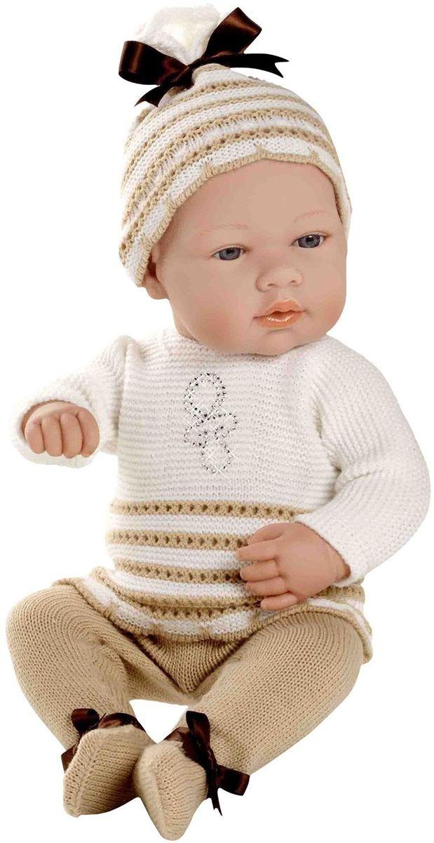 Arias Пупс Elegance цвет одежды белый бежевый Т59288Т59288Пупс Arias Elegance одет в комплект с отделкой кружевом. Винил, использованный при производстве пупса, плотный и приятный на ощупь; он обработан так, что каждая складочка и морщинка выглядит очень естественно. Наряд создан из тех же материалов, что и одежда для новорожденных детей. У куклы ручки и ножки подвижны, глазки не закрываются, её можно купать. Не так давно дизайнерам Arias удалось придать коллекции Elegance еще больше элегантности и шика, украсив наряды кукол знаменитыми стразами Swarowski! Стразы прочно и аккуратно нанесены на наряды кукол с помощью технологии Hotfix. В коллекции используются белые и цветные стразы, из которых выполнены различные тематические рисунки и аппликации. Куклы лимитированной коллекции со стразами Swarowski упакованы в подарочные коробки. На ручке у куклы есть ярлык со знаком качества и логотипом Swarowski, подтверждающим официальную лицензионную продукцию.