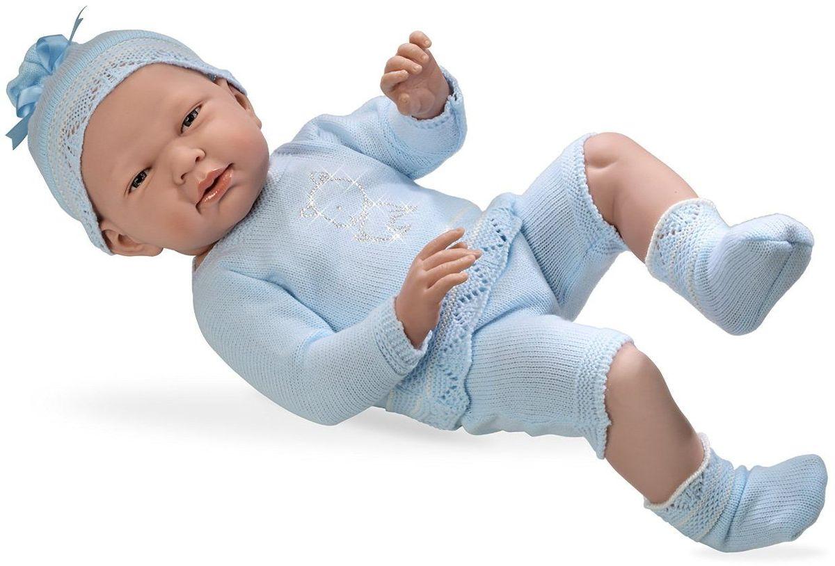 Arias Пупс Elegance цвет одежды голубой Т59292Т59292Пупс Arias Elegance одет в комплект с отделкой кружевом. Винил, использованный при производстве пупса, плотный и приятный на ощупь; он обработан так, что каждая складочка и морщинка выглядит очень естественно. Наряд создан из тех же материалов, что и одежда для новорожденных детей. У куклы ручки и ножки подвижны, глазки не закрываются, её можно купать. Не так давно дизайнерам Arias удалось придать коллекции Elegance еще больше элегантности и шика, украсив наряды кукол знаменитыми стразами Swarowski! Стразы прочно и аккуратно нанесены на наряды кукол с помощью технологии Hotfix. В коллекции используются белые и цветные стразы, из которых выполнены различные тематические рисунки и аппликации. Куклы лимитированной коллекции со стразами Swarowski упакованы в подарочные коробки. На ручке у куклы есть ярлык со знаком качества и логотипом Swarowski, подтверждающим официальную лицензионную продукцию.
