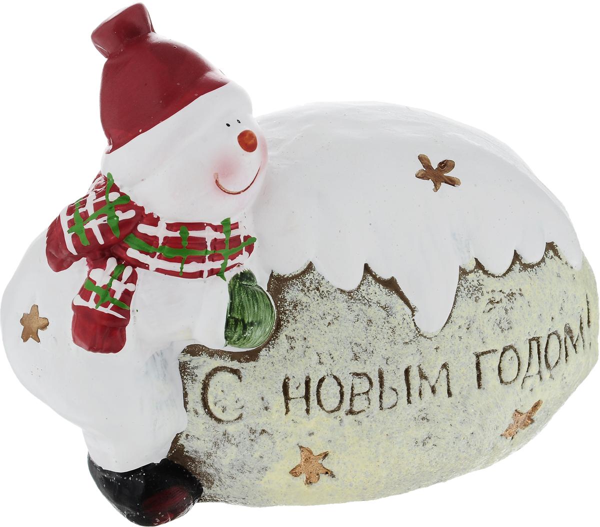 Фигурка деоративная House & Holder Снеговик с сугробом, 14 х 8 х 11,5 смKK10496Фигурка декоративная House & Holder Снеговик с сугробом, выполненная из керамики, станет оригинальным подарком для всех любителей необычных вещей. Изделие оформлено блестками. Изысканный сувенир станет прекрасным дополнением к интерьеру. Вы можете поставить фигурку в любом месте, где она будет удачно смотреться и радовать глаз.