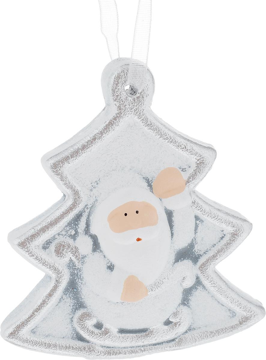 Украшение новогоднее подвесное House & Holder Дед Мороз, 7 х 7,5 смKK11272BНовогоднее подвесное украшение House & Holder Дед Мороз выполнено из керамики. С помощью специальной петельки украшение можно повесить в любом понравившемся вам месте. Но, конечно, удачнее всего оно будет смотреться на праздничной елке. Елочная игрушка - символ Нового года. Она несет в себе волшебство и красоту праздника. Создайте в своем доме атмосферу веселья и радости, украшая новогоднюю елку нарядными игрушками, которые будут из года в год накапливать теплоту воспоминаний. Размер: 7 х 1 х 7,5 см.