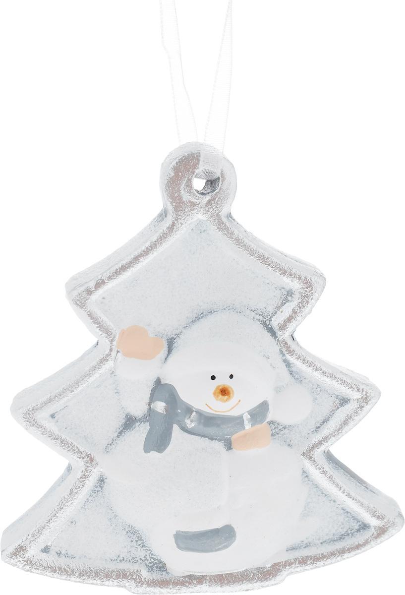 Украшение новогоднее подвесное House & Holder Снеговик, 7 х 7,5 смKK11298BНовогоднее подвесное украшение House & Holder Снеговик выполнено из керамики. С помощью специальной петельки украшение можно повесить в любом понравившемся вам месте. Но, конечно, удачнее всего оно будет смотреться на праздничной елке. Елочная игрушка - символ Нового года. Она несет в себе волшебство и красоту праздника. Создайте в своем доме атмосферу веселья и радости, украшая новогоднюю елку нарядными игрушками, которые будут из года в год накапливать теплоту воспоминаний. Размер: 7 х 0,5 х 7,5 см.