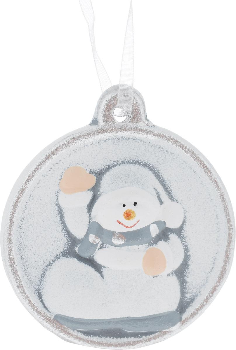 Украшение новогоднее подвесное House & Holder Снеговик, диаметр 6,5 смKK11297BНовогоднее подвесное украшение House & Holder Снеговик выполнено из керамики. С помощью специальной петельки украшение можно повесить в любом понравившемся вам месте. Но, конечно, удачнее всего оно будет смотреться на праздничной елке. Елочная игрушка - символ Нового года. Она несет в себе волшебство и красоту праздника. Создайте в своем доме атмосферу веселья и радости, украшая новогоднюю елку нарядными игрушками, которые будут из года в год накапливать теплоту воспоминаний. Диаметр: 6,5 см.