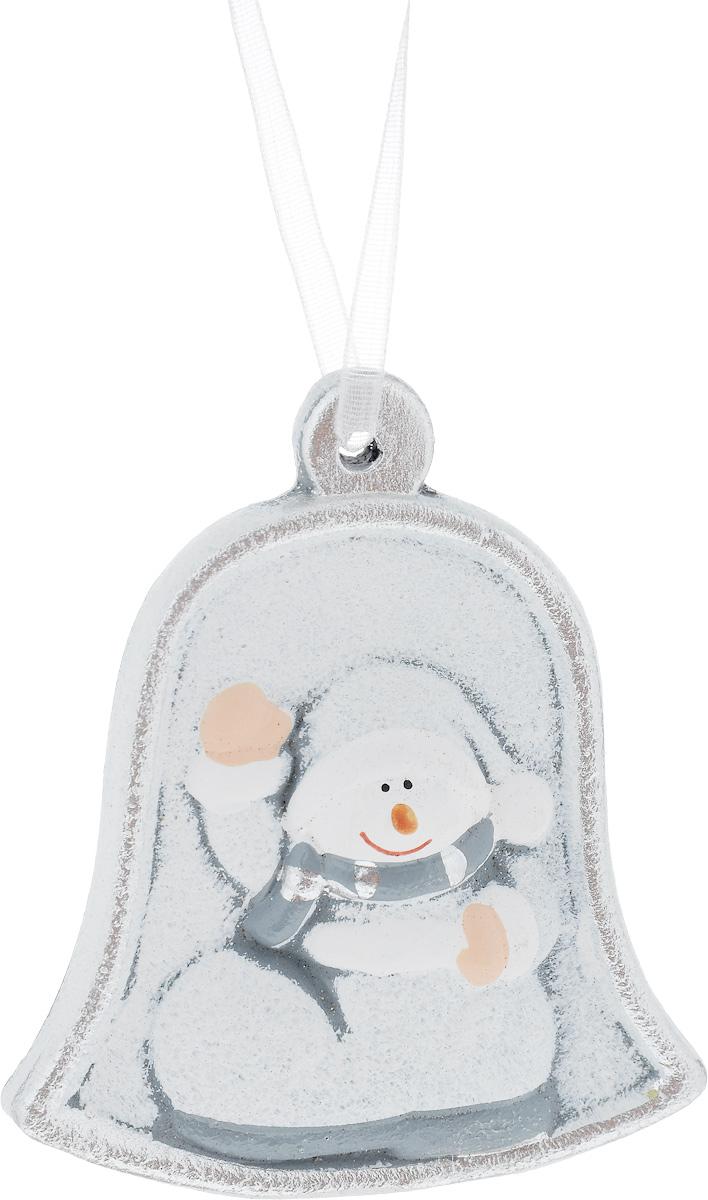 Украшение новогоднее подвесное House & Holder Снеговик, высота 7,5 смKK11273BНовогоднее подвесное украшение House & Holder Снеговик выполнено из керамики. С помощью специальной петельки украшение можно повесить в любом понравившемся вам месте. Но, конечно, удачнее всего оно будет смотреться на праздничной елке. Елочная игрушка - символ Нового года. Она несет в себе волшебство и красоту праздника. Создайте в своем доме атмосферу веселья и радости, украшая новогоднюю елку нарядными игрушками, которые будут из года в год накапливать теплоту воспоминаний. Размер: 6,5 х 0,5 х 7,5 см.