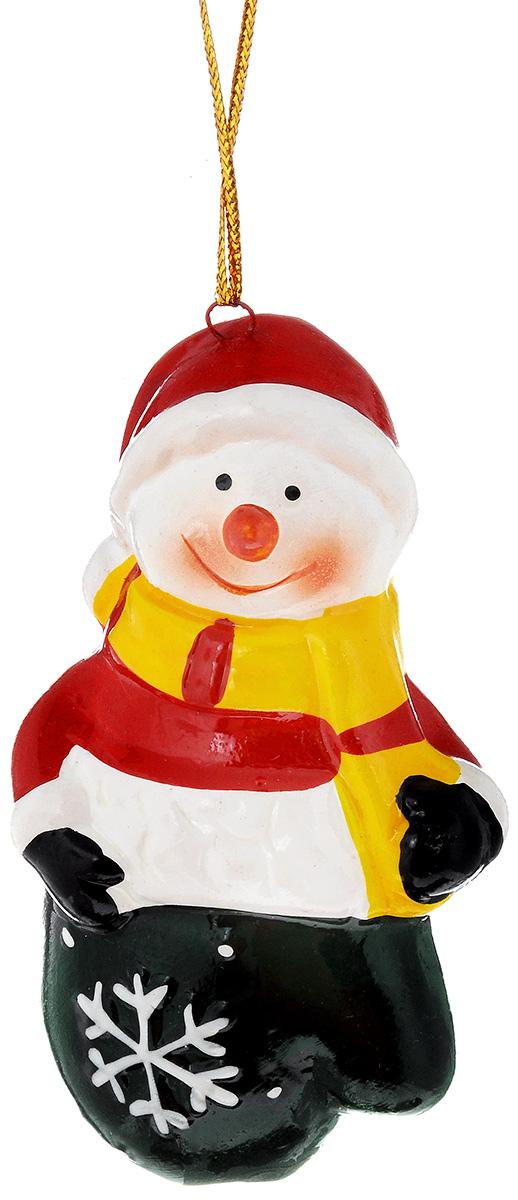 Украшение новогоднее подвесное House & Holder Снеговик, высота 9 смHY11866Новогоднее подвесное украшение House & Holder Снеговик выполнено из керамики. С помощью специальной петельки украшение можно повесить в любом понравившемся вам месте. Но, конечно, удачнее всего оно будет смотреться на праздничной елке. Елочная игрушка - символ Нового года. Она несет в себе волшебство и красоту праздника. Создайте в своем доме атмосферу веселья и радости, украшая новогоднюю елку нарядными игрушками, которые будут из года в год накапливать теплоту воспоминаний. Размер: 4,5 х 3 х 9 см.