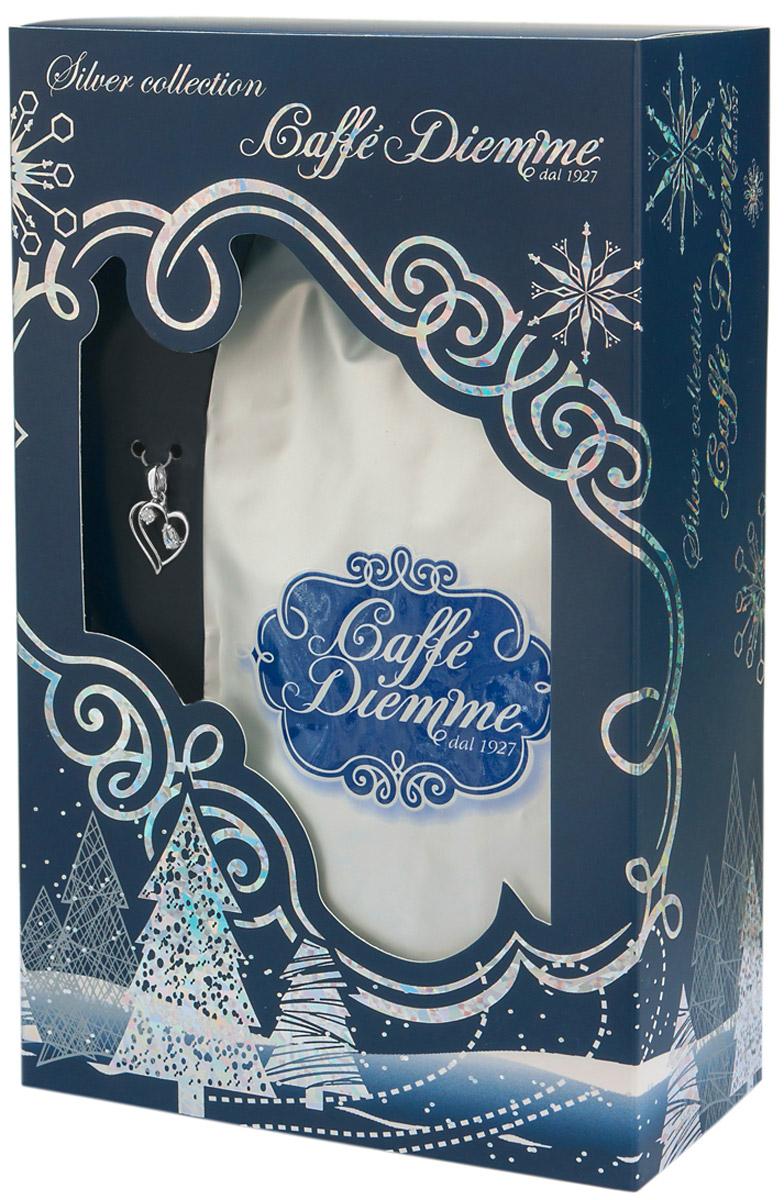 Diemme Caffe Silver Collection подарочный кофейный набор с украшением из серебра Сердечко4680287555057Diemme Caffe с гордостью представляет подарочную серию своей продукции Silver Collection. Благородный купаж 100% Арабики в комплекте с элегантным украшением из серебра 925 пробы. Изысканный и актуальный подарок для Ваших близких, а так же деловых партнеров и коллег! Итальянская кофейная компания Diemme Caffe образовалась в 1927 году в и с момента своего рождения в мире кофе посвятила себя производству продукта высочайшего класса, ориентируясь на самого требовательного потребителя. Эспрессо смеси Diemme - это купажи кофейных зерен с лучших высокогорных плантаций Центральной и Южной Америки, Африки и Азии: - Высокогорная плантация Альто Могиано в Бразилии; - Провинция Тарразу в Коста-Рике. Считается, что Коста-Рика обладает лучшими в мире климатическими и почвенными условиями для выращивания кофе, провинция Тарразу - самая именитая из всех Коста-Риканских кофейных провинций, кофе произрастает в высокогорье на высоте 1500 метров над уровнем моря рядом с вулканом Ирразу; -...