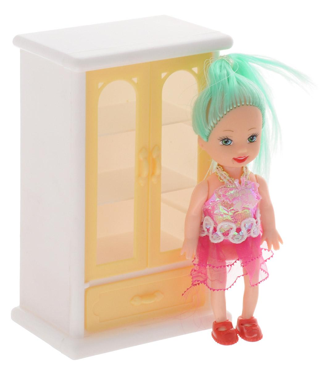 Shantou Мини-кукла Bettina со шкафом для посудыL091-H43654_шкаф для посудыМини-кукла Shantou Bettina - очаровательная малышка-подружка для вашей дочурки. Кукла одета в прозрачное розовое платьице, на ногах у нее красные туфельки. Длинные зеленые волосы куклы можно расчесывать и делать из них различные прически. Руки, ноги и голова куклы подвижные. В наборе с куколкой имеется шкаф для посуды. Дверцы шкафа открываются, нижний ящик выдвигается. Игры с куклой способствуют эмоциональному развитию ребенка, а также помогают формировать воображение и художественный вкус. Порадуйте свою малышку таким интересным подарком!