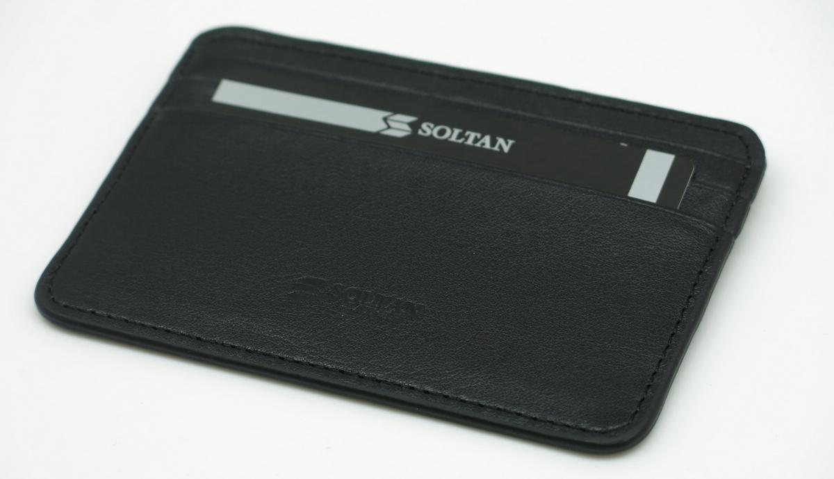 Визитница Soltan, цвет: черный. 554 01 01554 01 01Плоский футляр для кредиток SOLTAN из натуральной кожи черного цвета имеет с каждой стороны 3 кармашка, один большой карман посередине