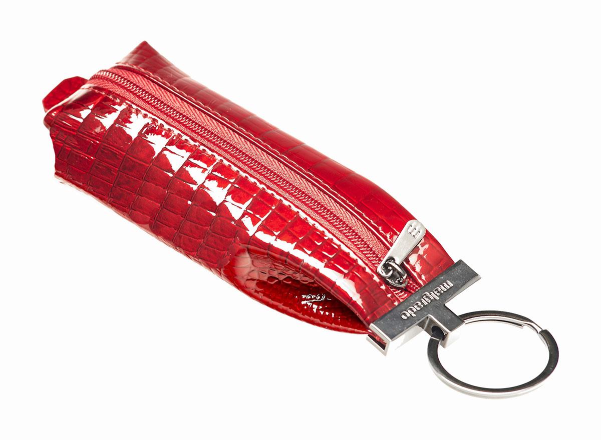 Ключница Malgrado, цвет: красный. 52017-44#52017-44# RedКомпактная ключница Malgrado изготовлена из натуральной кожи и имеет одно отделение на молнии. Внутри находится металлическая цепочка с кольцом для ключей. Снаружи - металлическое кольцо для возможности крепления к поясу или сумке. Ключница упакована в коробку из плотного картона с логотипом фирмы. Этот аксессуар станет замечательным подарком человеку, ценящему качественные и практичные вещи.