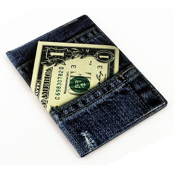 Обложка для паспорта Эврика Один доллар New, цвет: синий, зеленый. 9607296072Обложка для паспорта от Evruka - оригинальный и стильный аксессуар, который придется по душе истинным модникам и поклонникам интересного и необычного дизайна. Качественная обложка выполнена из легкого и прочного ПВХ, который надежно защищает важные документы от пыли и влаги. Рисунок нанесён специальным образом и защищён от стирания. Изделие раскладывается пополам. Внутри размещены два накладных кармашка из прозрачного ПВХ. Простая, но в то же время стильная обложка для паспорта определенно выделит своего обладателя из толпы и непременно поднимет настроение. А яркий современный дизайн, который является основной фишкой данной модели, будет радовать глаз.
