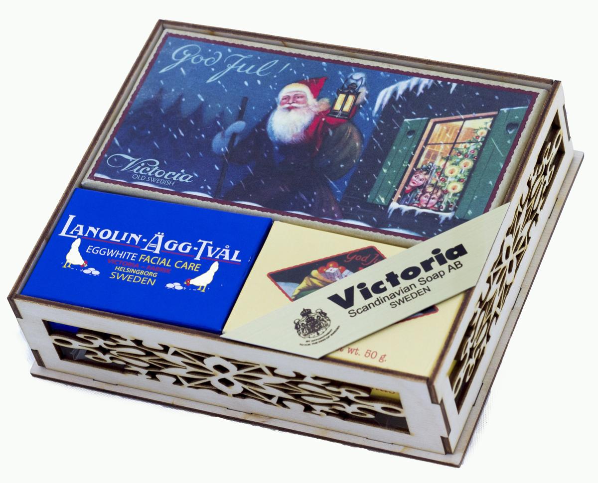 Victoria Soap Новогодний набор Санта в ажурной шкатулке, арт.172/12421721. Рождественское мыло Санта - это уникальное мыло было создано еще в 1930 году и стало неотъемленой частью Европейсткого Рождества. Винтажный образ и Новогодние мотивы перенесут Вас в страну волшебства и детского счастья, окутав ароматом корицы, имбиря, глинтвейна, апельсинов и гвоздики. Проведите Рождество и Новый Год в лучших традициях Швеции. 2. Мыло-маска Lanolin-Agg-Tval из яичного белка, созданное по старинному шведскому рецепту, передающееся из поколения в поколение. Уникальное средство превосходно очищает поры от загрязнений, сохраняя ее естественную увлажненность, за счет высокого содержания в нем компонентов натурального происхождения, таких как: ланолин, растительных масел Оливы и масло Ши. А входящий в состав мыло-маски Lanolin-Agg-Tval яичный белок и розовая вода ухаживают за вашей кожей, делая цвет лица более ровным и красивым. Подходит для ежедневного использования, а также в качестве маски для более глубокого очищения 1-2 раза в неделю для всех типов кожи. 3....