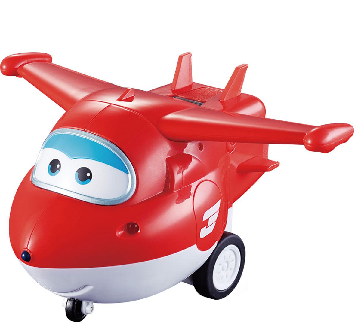 Super Wings Самолет на радиоуправлении ДжеттYW710710Джетт - добрый и веселый самолетик. Он доставляет посылки детям по всему свету и помогает справляться с разными сложными ситуациями. Если ему нужна помощь, он всегда может рассчитывать на команду своих друзей, которые всегда придут на помощь. Во время каждой доставки Джетт узнает что-то новое о культуре, традициях и языках разных стран, и делиться своими знаниями с поклонниками мультфильма. А еще он прилетает в пункт назначения всегда вовремя! И очень гордиться этим. Самолет на радиоуправлении Super Wings Джетт обязательно станет любимой игрушкой вашего ребенка. Ваш малыш сам решит, в какую страну сегодня отправится красно-белый самолет. Легкое радиоуправление с большими кнопками делает игру с Джеттом доступной для самых маленьких любителей Super Wings. Просто поставьте Джетта на пол, возьмите в руки пульт и отправляйтесь на поиски приключений вместе с Супер Крыльями! Специальный рычажок включает фразы из мультфильма и свет в боковых фарах. Самолет не трансформируется в...
