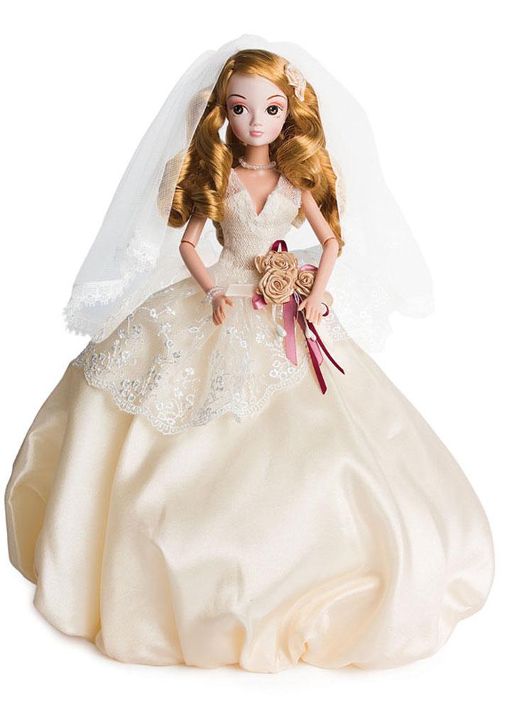Sonya Rose Кукла в платье АдельR4340NКукла Sonya Rose из cерии Gold Collection - это коллекция свадебных и вечерних платьев, каждое из которых неповторимо по своему дизайну. Особенность коллекции в том, что каждое платье разрабатывается индивидуально совместно с Российскими и Китайскими дизайнерами. Все детали платья отшиваются вручную. У каждой куклы в коллекции индивидуальные прически и элегантные аксессуары. Вся коллекция представлена в роскошной подарочной упаковке. Кукла представлена в образе красавицы невесты и наряжена в очаровательное свадебное платье Адель. Платье выполнено из разных фактурных тканей, юбка пышная к низу немного собрана, потому напоминает нераспустившийся бутон. На поясе платье украшено декоративным элементом в виде цветов роз. Элегантная жемчужная бижутерия в виде ожерелья и браслета дополняют образ невесты. Волнистые русые локоны аккуратно уложены в стильную прическу, украшенную цветком. Благодаря подвижным частям тела, кукла может принимать различные позы во время игры. В комплект...