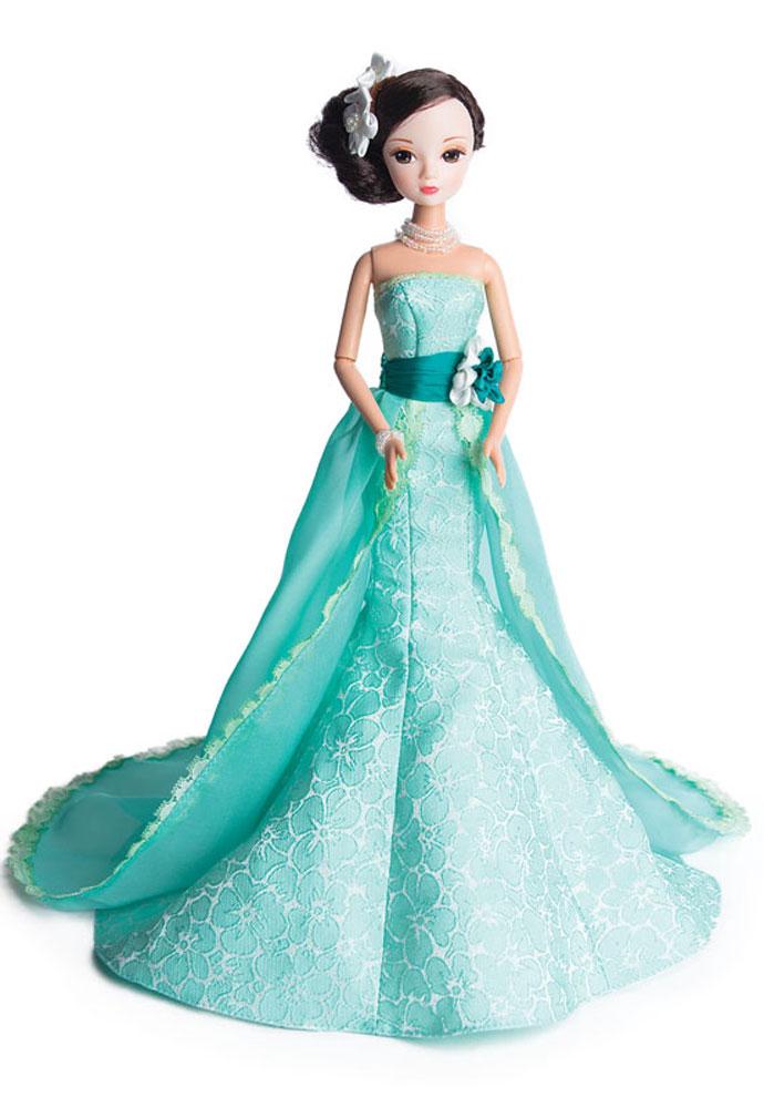 Sonya Rose Кукла в платье ЖасминR4339NКукла Sonya Rose из cерии Gold Collection - это коллекция свадебных и вечерних платьев, каждое из которых неповторимо по своему дизайну. Особенность коллекции в том, что каждое платье разрабатывается индивидуально совместно с Российскими и Китайскими дизайнерами. Все детали платья отшиваются вручную. У каждой куклы в коллекции индивидуальные прически и элегантные аксессуары. Вся коллекция представлена в роскошной подарочной упаковке. Кукла представлена в вечернем наряде - платье Жасмин, которое исполнено на высоком профессиональном уровне. Длинные волосы аккуратно уложены в стильную, сложную прическу, украшенную белыми цветами с жемчугом. Элегантная бижутерия в виде жемчужного ожерелья завершает образ красавицы, которую ваша девочка сразу заметит и не сможет отвести от нее взгляд. Очаровательная куколка может стать лучшей подружкой или началом уникальной коллекции кукол. Благодаря подвижным частям тела, кукла может принимать различные позы во время игры. В комплект входит...