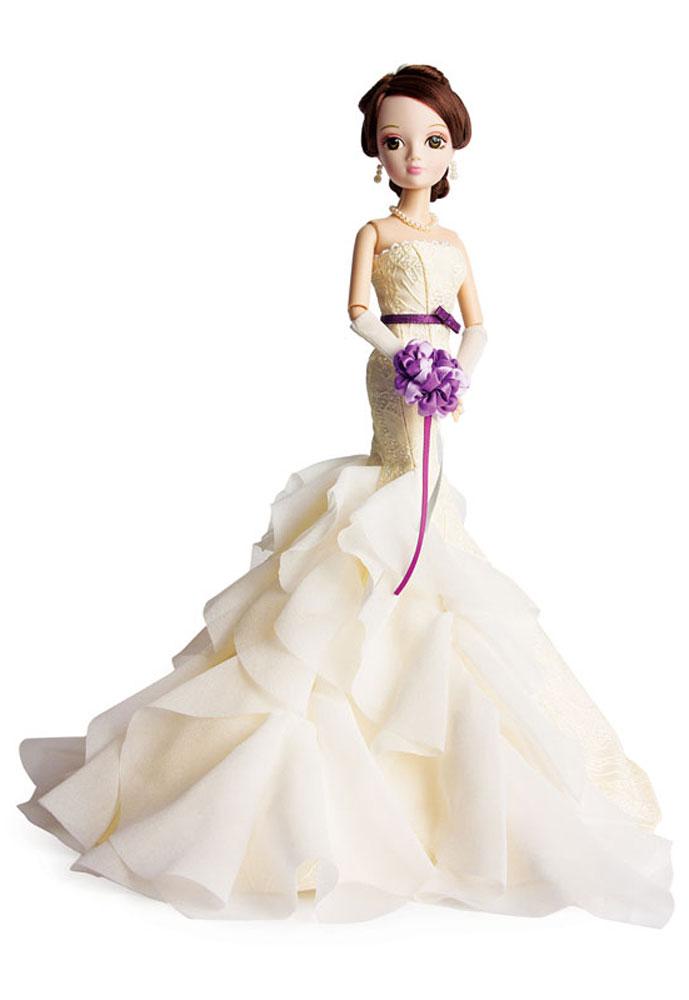 Sonya Rose Кукла в платье ШарлиR4338NКукла Sonya Rose из cерии Gold Collection - это коллекция свадебных и вечерних платьев, каждое из которых неповторимо по своему дизайну. Особенность коллекции в том, что каждое платье разрабатывается индивидуально совместно с Российскими и Китайскими дизайнерами. Все детали платья отшиваются вручную. У каждой куклы в коллекции индивидуальные прически и элегантные аксессуары. Вся коллекция представлена в роскошной подарочной упаковке. Данная кукла - подарок, о котором каждая девочка может только мечтать. Изящная красавица одета очень изысканно. На ней длинное вечернее платье Шарли, юбка которого смотрится так, будто состоит из лепестков роз. Волосы собраны в аккуратную прическу, жемчужные украшения завершают образ. На руках куколки надеты длинные перчатки, которые можно снять. Качественный текстиль, тщательная проработка всех элементов, изящный наряд - заинтересуют коллекционеров кукол. Благодаря подвижным частям тела, кукла может принимать различные позы во время игры. В...