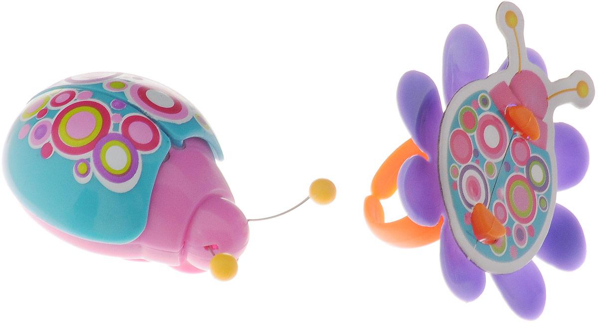 Magic Blooms Интерактивная игрушка Волшебный жучок с кольцом88462Интерактивная игрушка Magic Blooms Волшебный жучок с кольцом будет отличным подарком для вашего ребенка! Набор включает в себя: жучка, кольцо-подставку, батарейки и инструкцию. Может синхронизироваться с цветочками и другими жучками. Прикосновение к антенне активизирует жужжание и взмахи крыльев. Жучок оснащен световыми эффектами и будет мигать в такт песни. Для синхронизации жучков нужно соединить антенны на 5 секунд. Для активизации функции взмаха крыльев нужно дотронуться до антенны 1-2 раза, третье касание активизирует функцию жужжания. Игрушка выполнена из высококачественного пластика, который не содержит вредных химических веществ. Рекомендуется докупить 2 батарейки напряжением 1,5V типа АG13 (товар комплектуется демонстрационными).