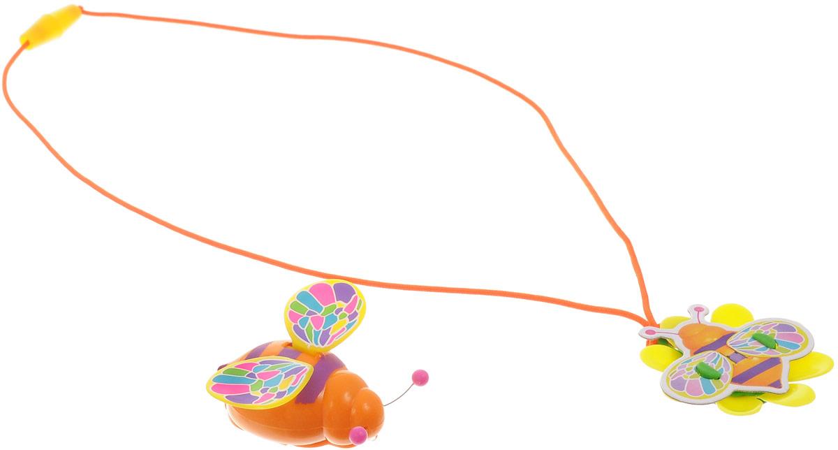 Magic Blooms Интерактивная игрушка Волшебный жучок с ожерельем88468Интерактивная игрушка Magic Blooms Волшебный жучок непременно понравится каждой девочке. Необходимо дотронуться до антенны (в виде усиков), чтобы услышать жужжание и увидеть, как жучок машет крыльями. Пение сопровождается световыми эффектами. Вы можете создать дуэт, объединив двух Magic Blooms вместе. Волшебный жучок соединяется с Восхитительным цветком Amazing Flowers, они будут петь синхронно. В комплект входит Волшебный жучок и ожерелье. Рекомендуется докупить 2 батарейки напряжением 1,5V типа AG13 (товар комплектуется демонстрационными).