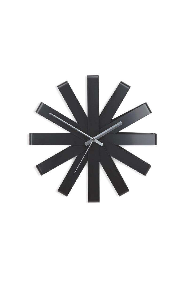 Часы настенные Umbra Ribbon, цвет: черный118070-040Оригинальные металлические часы, циферблат которых по форме напоминает своеобразный ленточный бант. Бесшумный ход. Диаметр: 30,5 см. Работают от одной стандартной батарейки АА (в комплект не входит).
