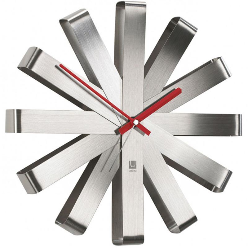 Часы настенные Umbra Ribbon, цвет: металлик118070-590Как сделать декор для стен функциональным? Просто превратить часы в произведение искусства! Они украсят и дом, и офис, а главное, вы всегда будете знать точное время. Минутная и часовая стрелки - красного цвета, секундная - стальная. Работают от одной батарейки АА (в комплект не входит). Дизайн: Michelle Ivankovic