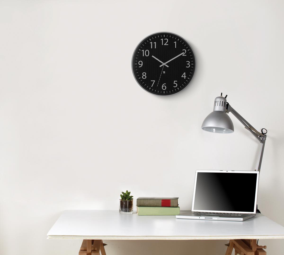 Часы настенные Umbra Perftime118422-040В отличие от стандартных часов, циферблат модели Pertime защищен не стеклом, а тонкой металлической сеткой, которая создает интересный оптический эффект. В дополнение к плюсам - приятное покрытие основания из матового металла и секундная стрелка, позволяющая определить время с супер-точностью. Батарейка в комплект не входит.