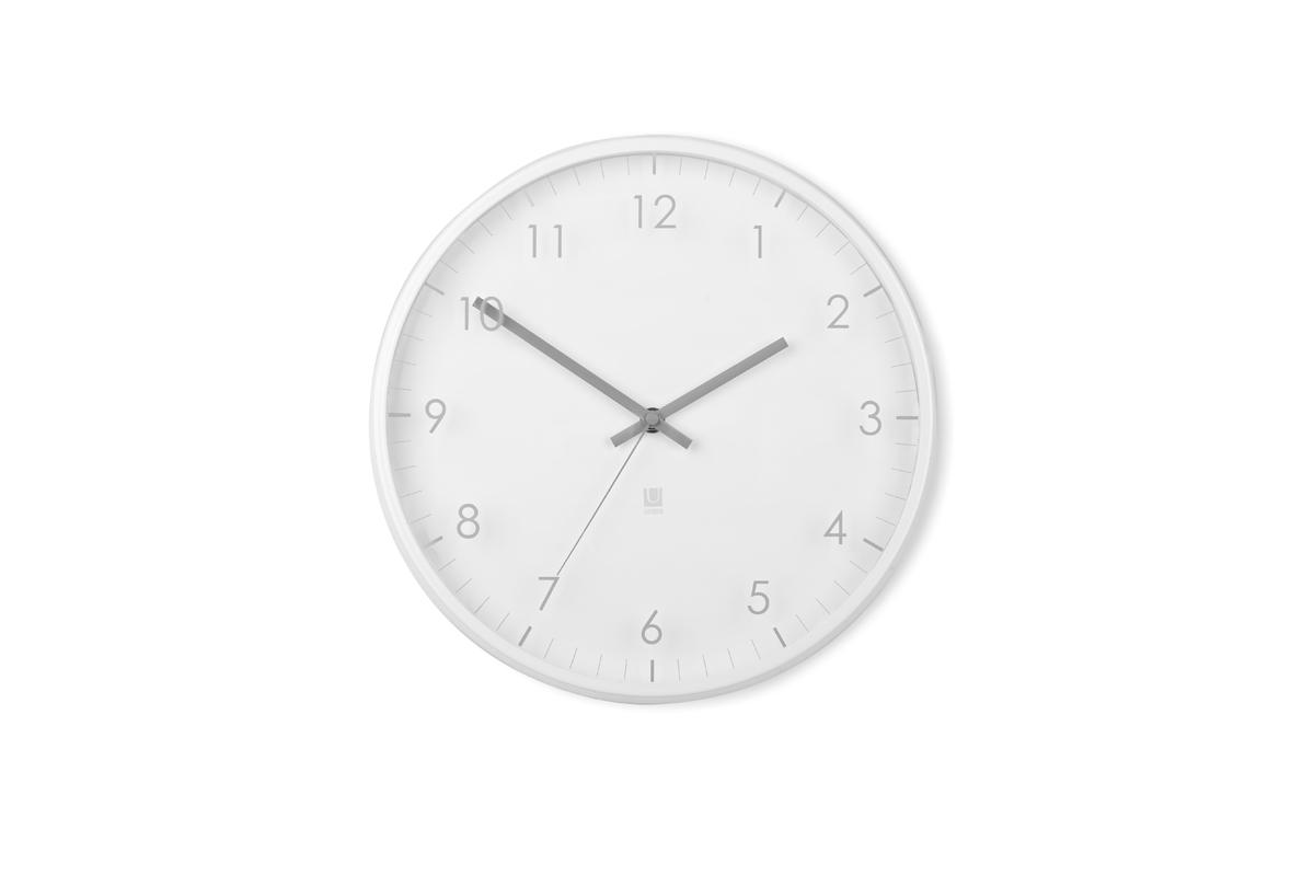 Часы настенные Umbra Pace, цвет: белый118423-660Настенные часы с незаметной на первый взгляд, но весьма оригинальной деталью: цифры и деления нарисованы не на циферблате, а на наружнем стекле. Обрамлены металлическим ободом. Работают от одной стандартной батарейки АА (в комплект не входит). Дизайн: Umbra Studio