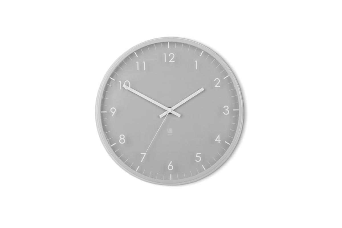 Часы настенные Umbra Pace, цвет: серый118423-918Настенные часы с незаметной на первый взгляд, но весьма оригинальной деталью: цифры и деления нарисованы не на циферблате, а на наружнем стекле. Обрамлены металлическим ободом. Работают от одной стандартной батарейки АА (в комплект не входит). Дизайн: Umbra Studio