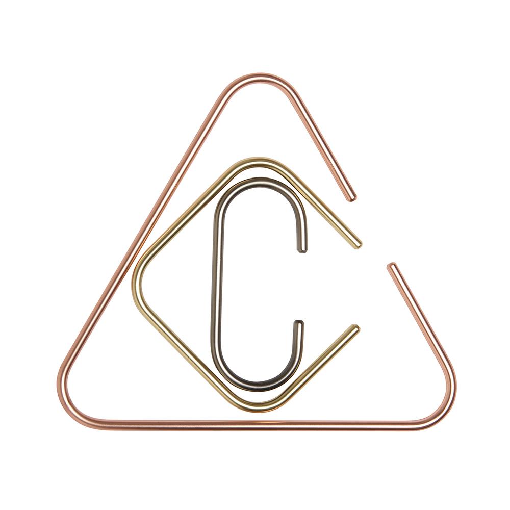 Органайзер для аксессуаров Umbra Catch294305-022Лаконичное решение для хранения аксессуаров, которое станет интересной альтернативой обычным вешалкам. ?В комплект входят три металлических фигурных держателя разных размеров, с покрытиями из латуни, меди и хрома. Самый крупный держатель идеален для хранения шарфов и полотенец, а два держателя поменьше послужат в качестве вешалок для сумок или ремней. Могут крепиться к штанге для вешалок в шкафу или к двери. Дизайн: Laura Carwardine