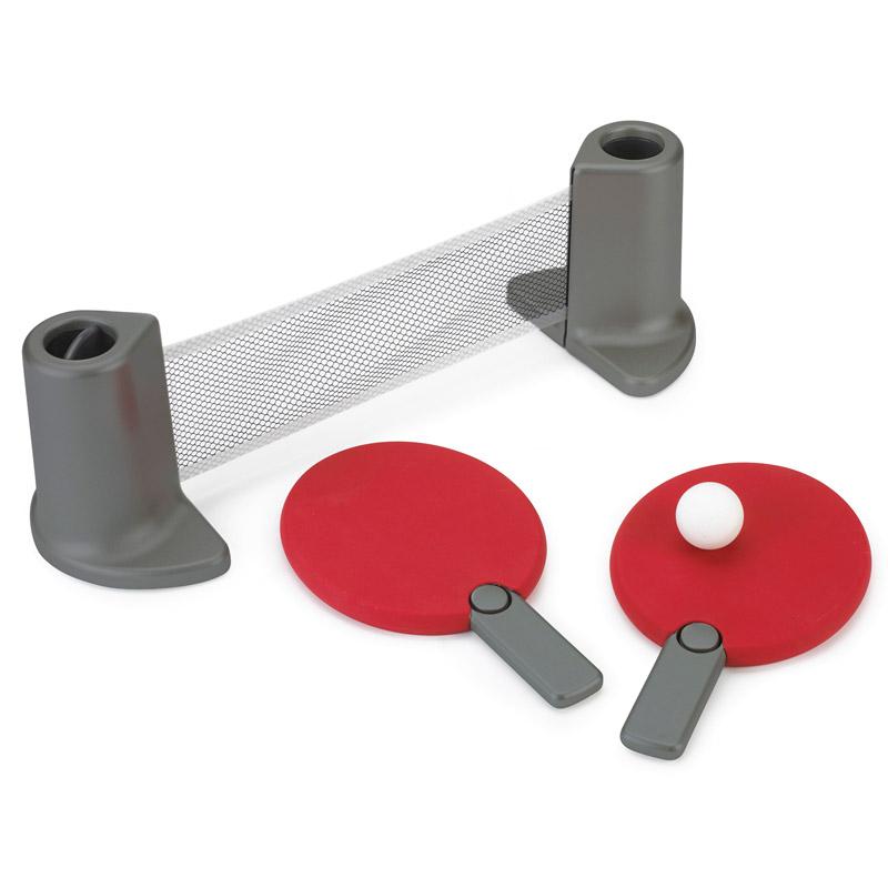 Сувенирный набор Umbra Настольный теннис Pongo, цвет: красный480280-909Переносной настольный теннис, который можно установить на любом рабочем столе. Комплект включает: 2 ракетки, складную сетку, два мячика. Компактно складывается: у ракеток выдвижные ручки, которые можно убрать внутрь, а мячики хранятся в специальных углублениях внутри подставки. Настольный теннис устанавливается на ровную поверхность шириной до 183 см. Дизайн: Stephan Copeland