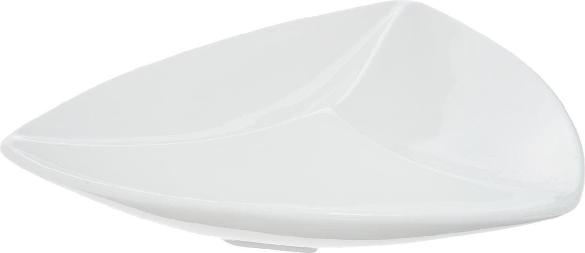 Менажница Wilmax, 3 секции, 20 х 20 смWL-992584 / AМенажница Wilmax изготовлена из фарфора с глазурованным покрытием. Она состоит из 3 секций, предназначенных для подачи сразу нескольких видов закусок, нарезок, соусов и варенья. Фарфор от Wilmax изготовлен по уникальному рецепту из сплава магния и алюминия, благодаря чему посуда обладает характерной белизной, прочностью и устойчивостью к сколами. Особый состав глазури обеспечивает гладкость и блеск поверхности изделия. Оригинальная менажница Wilmax станет украшением как праздничного, так и повседневного обеденного стола и подчеркнет ваш изысканный вкус. Можно мыть в посудомоечной машине и использовать в микроволновой печи. Размер менажницы по верхнему краю: 20 х 20 см. Высота менажницы: 3 см. Размер секций: 19 х 7 см.
