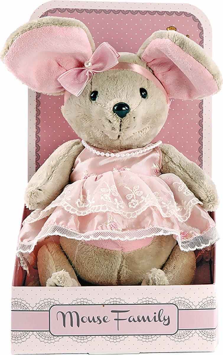 Fluffy Family Мягкая игрушка Lady mouse Зефирка в розовом платье 25 см681202Авторская мягкая игрушка из оригинальной коллекции Mouse Family торговой марки Fluffy Family. Очаровательная мышка из серии Lady Mouse — настоящая винтажная модница, которая знает толк в лентах и кружевах. Высота игрушки — 25 см. У мышки — подвижные шарнирные лапки. Наполнитель — волокно полиэфирное и полиэтиленовые гранулы. Материал — плюш и текстильные материалы. Фурнитура из пластмассы. Рекомендована ручная стирка при температуре 30°. Индивидуальность образа мышки Зефирки подчеркивает авторское платье в светло-розовых тонах. Упаковка, созданная в модном стиле шебби-шик, придает стилевую законченность игрушечному образу и воплощает идею готового подарка с ярким характером и большим шармом.