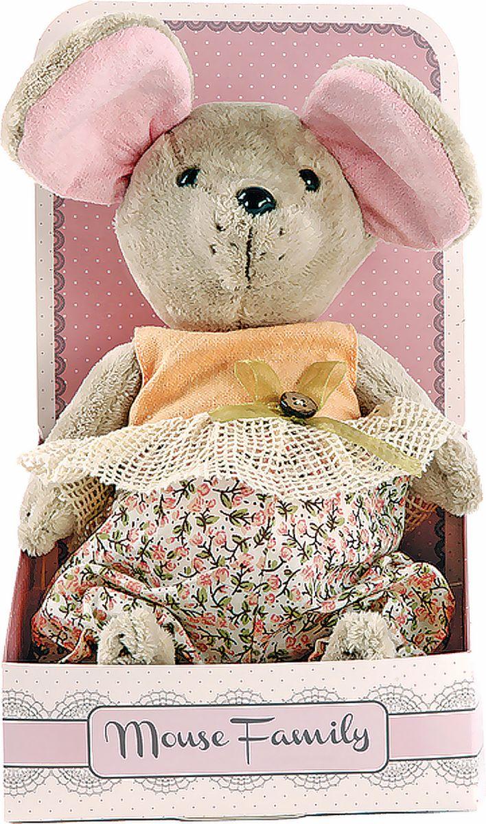 Fluffy Family Мягкая игрушка Country mouse Тыковка в костюмчике 25 см681205Авторская мягкая игрушка из оригинальной коллекции Mouse Family торговой марки Fluffy Family. Очаровательная мышка из серии Country Mouse — жительница уютной деревушки, затерянной в лавандовых полях. Высота игрушки — 25 см. У мышки — подвижные шарнирные лапки. Наполнитель — волокно полиэфирное и полиэтиленовые гранулы. Материал — плюш и текстильные материалы. Фурнитура из пластмассы. Рекомендована ручная стирка при температуре 30°. Индивидуальность образа мышки Тыковки подчеркивает авторский наряд в виде комбинезончика с принтом в стиле кантри и кружевной оборкой. Упаковка, созданная в модном стиле шебби-шик, придает стилевую законченность игрушечному образу и воплощает идею готового подарка с ярким характером и большим шармом.