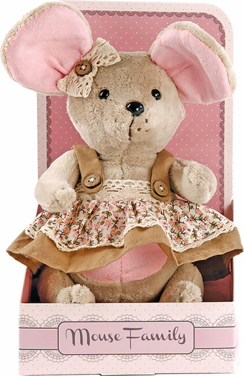 Fluffy Family Мягкая игрушка Country mouse Миндалька в сарафане 25 см681207Авторская мягкая игрушка из оригинальной коллекции Mouse Family торговой марки Fluffy Family. Очаровательная мышка из серии Country Mouse — жительница уютной деревушки, затерянной в лавандовых полях. Высота игрушки — 25 см. У мышки — подвижные шарнирные лапки. Наполнитель — волокно полиэфирное и полиэтиленовые гранулы. Материал — плюш и текстильные материалы. Фурнитура из пластмассы. Рекомендована ручная стирка при температуре 30°. Индивидуальность образа мышки Миндальки подчеркивает авторский сарафан в нежно-коричневых тонах с верхней юбкой, сшитой из ткани с принтом в стиле кантри. Упаковка, созданная в модном стиле шебби-шик, придает стилевую законченность игрушечному образу и воплощает идею готового подарка с ярким характером и большим шармом.