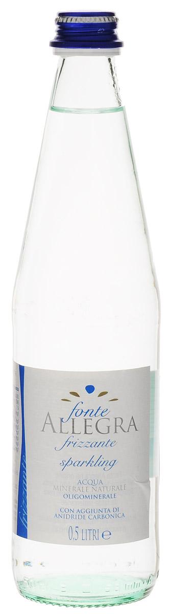 Fonte Allegra вода минеральная газированная, 500 мл (стекло)A0085Fonte Allegra - минеральная вода из источника, вытекающего из древнего ледникового бассейна Альп в Ломбардии, расположенного на территории природного парке Альто Гарда. Особенностью воды Fonte Allegra является низкий уровень минерализации, что делает ее показанной для диет с пониженным содержанием натрия и для тех, кто активно занимается спортом. Входящий в состав воды бикарбонат может препятствовать образованию веществ, вырабатываемых в организме при усталости, кальций и магний используются в механизмах мышечного сокращения, а умеренное количество натрия полезно для восполнения потерь этого минерала с потом. Кислотность (PH): 7,9 Проводимость: 586 Кальций: 85,6 мг/л Магний: 30,7 мг/л Натрий: 13,4 мг/л Гидрокарбонаты: 390 мг/л Калий: 2,2 мг/л Нитраты: 3,5 мг/л Диоксид углерода: 10,5 мг/л