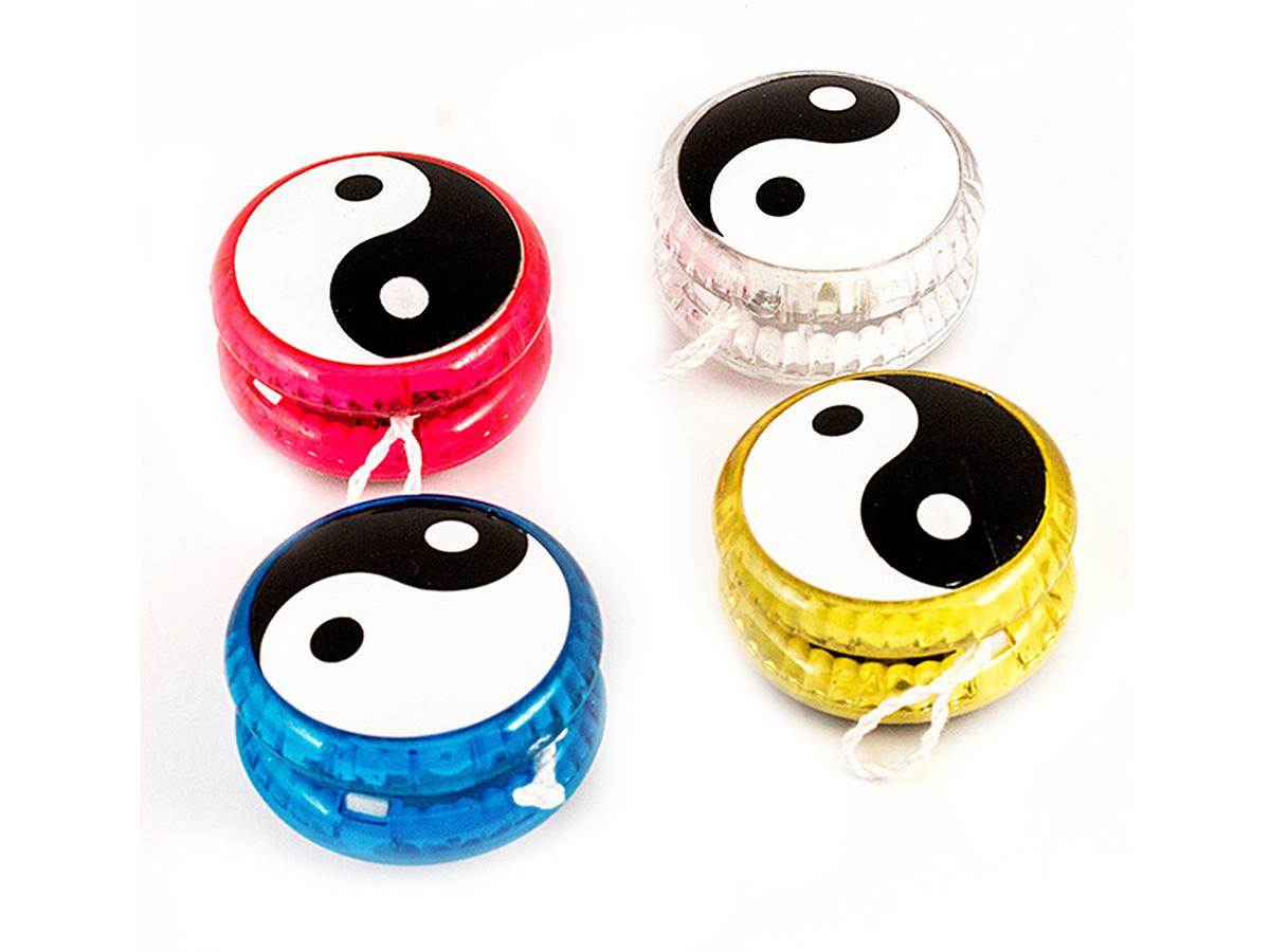 Россия Волчок на шнуре Yo-Yo Инь Янь Эврика91012Изобретённое в Китае несколько веков назад, но до сих пор любимое людьми всех возрастов приспособление для игры с волчком и верёвкой, нынче обрело свежее спортивное звучание. Современные материалы, модное оформление, доработанная технология, - всё это делает игрушку йо-йо отличным сувениром и тренажёром для развития ловкости. При вращении мигает разноцветными светодиодами. Материал: пластик Упаковка: блистер на картоне Bec : 0,047 кг.
