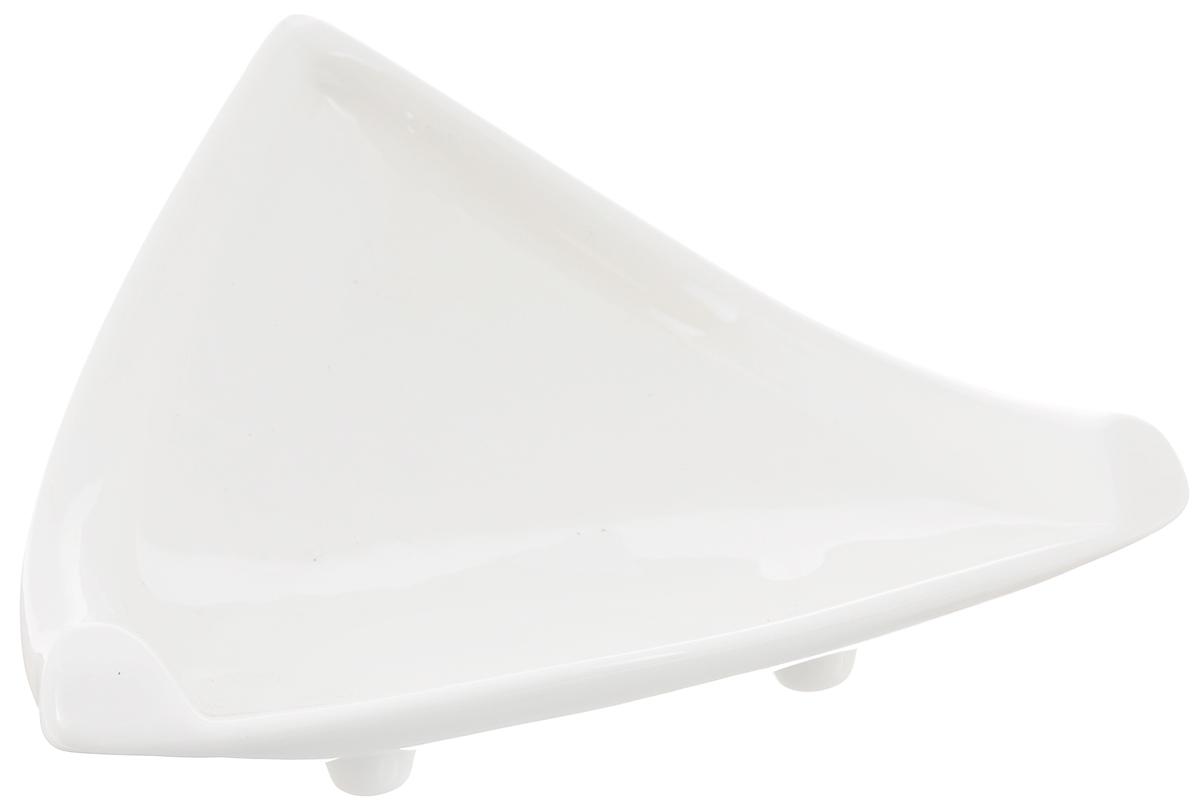 Блюдо Wilmax, треугольное, 18 х 20,5 смWL-996103 / AБлюдо Wilmax треугольной формы изготовлено из высококачественного фарфора, покрытого слоем глазури. Изделие предназначено для подачи нарезок, закусок, соусов или варенья. Такое блюдо пригодится в любом хозяйстве, оно подойдет как для праздничного стола, так и для повседневного использования. Блюдо функциональное, практичное и легкое в уходе.