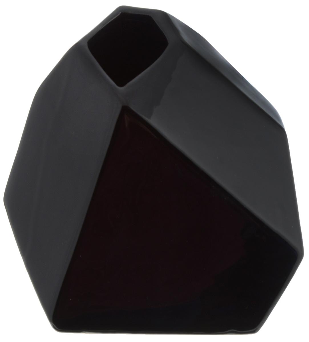 Ваза House & Holder, высота 15,5 смYDY16114Экстравагантная ваза House & Holder, изготовленная из керамики, выполнена в ассиметричной форме. Такое оформление делает ее изящным украшением интерьера. Ваза House & Holder дополнит интерьер офиса или дома и станет желанным и стильным подарком. Размер вазы: 14 х 15 х 15,5 см.