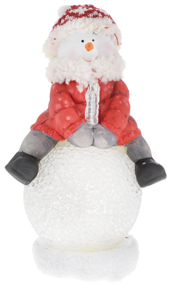 Фигурка декоративная House & Holder Снеговик, с подсветкой, высота 19 смDP-A32-42157Фигурка декоративная House & Holder Снеговик, выполненная из керамики, станет оригинальным подарком для всех любителей необычных вещей. Изделие подсвечивается с помощью батареек (входят в комплект). В комплект входит две батарейки. Высота фигурки: 19 см. Диаметр шара: 8 см.