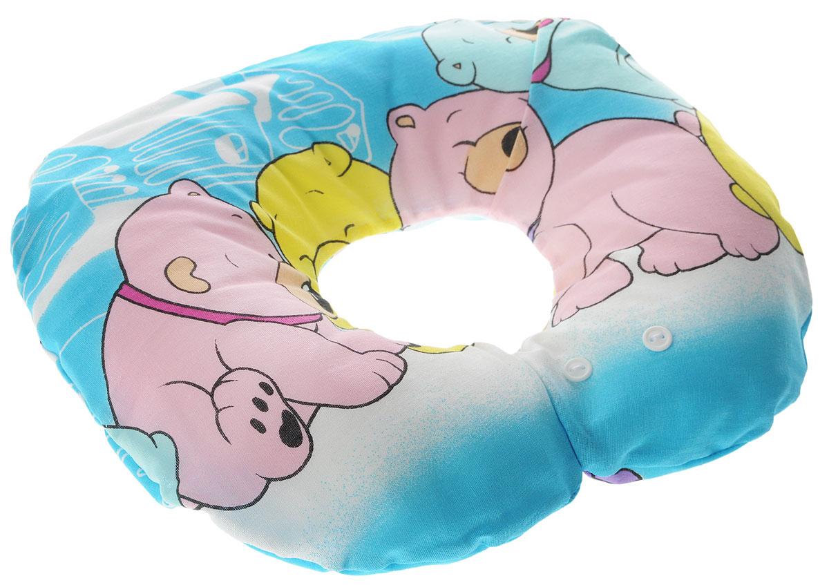 Selby Подушка-воротник для младенца Мишки цвет синий 30 х 25 см5582_синийДетская подушка-воротник Selby Мишки изготовлена из мягкого натурального хлопка с наполнителем из пенополистирола. Подушка удобна и комфортна. Она поддерживает головку ребенка во время сна, отдыха или купания. Благодаря такой подушке при купании руки у мамы свободны, поэтому можно без труда помыть ребенка, пока он плавает. Подушка фиксируется вокруг шеи. Изделие также идеально подходит для длительных поездок в самолете, машине, коляске или автокресле. Подушка имеет съемный чехол на застежке-молнии, который вы можете постирать. Уход: машинная стирка (40 °C) и деликатный отжим. Предварительная стирка обязательна.
