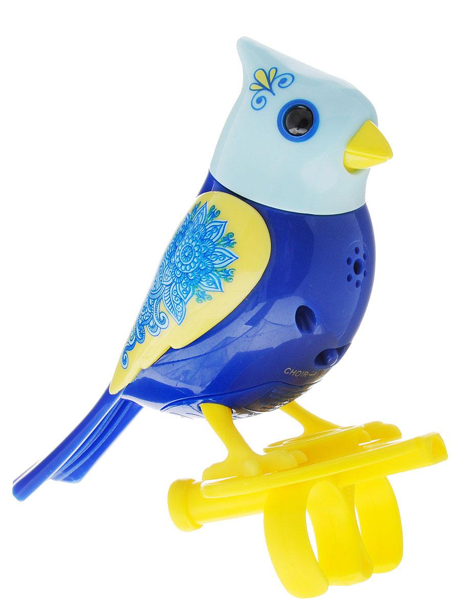 DigiFriends Интерактивная игрушка Птичка с кольцом цвет синий желтый88286-2У вас есть шанс получить уникального домашнего питомца - поющую птичку. Не каждый может похвастаться этим. Эта умная птичка интерактивная, она будет развлекать вас различными мелодиями, пением и ритмичными движениями. Для активизации птички необходимо подуть на нее. Чтобы активировать режим проигрывания мелодий достаточно посвистеть в свисток, который имеется в комплекте. Игрушка издает 55 вариантов мелодий и звуков. Кольцо-свисток может служить как переносной насест для птички. Ребенок может надеть кольцо на два пальца, закрепить там игрушку и свободно играть или даже бегать. Птичка устойчива на любой ровной поверхности. Игрушка может поворачивать голову и шевелить клювом в такт мелодии. Игрушка работает в двух режимах: соло и хор. Можно синхронизировать неограниченное количество птичек или других персонажей DigiFriends. Главным в хоре становится персонаж, которого первого включили. Необходимо размещать DigiFriends на расстоянии не более 15 см от главной...