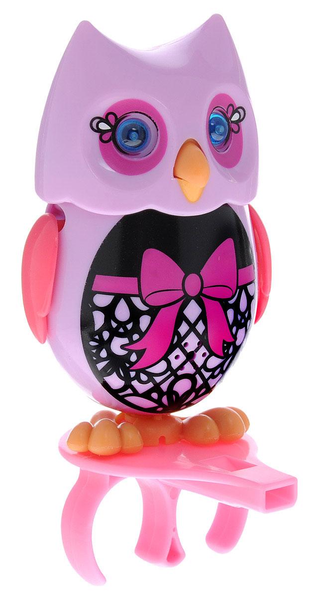 DigiFriends Интерактивная игрушка Сова с кольцом цвет сиреневый черный розовый88285-6У вас есть шанс получить уникального домашнего питомца - сову. Не каждый может похвастаться этим. Эта умная птичка интерактивная, она будет развлекать вас различными мелодиями, уханьем, световыми эффектами и танцами в виде покачиваний в такт музыке. Для активизации совы, необходимо подуть на нее. Чтобы активировать режим проигрывания мелодий и уханья совы, достаточно посвистеть в свисток, который имеется в комплекте. Игрушка издает 55 вариантов мелодий и звуков. Кольцо-свисток может служить как переносной насест для совы. Ребенок может надеть кольцо на два пальца, закрепить там сову и свободно играть или даже бегать. Сова DigiFriends устойчива на любой ровной поверхности. Когда сова поет, ее глаза весело сверкают. Сова может поворачивать голову и шевелить клювом в такт мелодии. Игрушка работает в двух режимах: соло и хор. Можно синхронизировать неограниченное количество сов или других персонажей DigiFriends. Главным в хоре становится персонаж, которого первого...