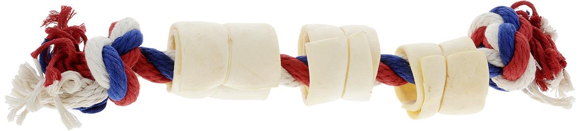Игрушка-лакомство для собак Titbit, канат с 3 роллами из кожи3357Оригинальная и привлекательная для собак комбинация игрушки Titbit в виде прочного хлопкового каната и ароматного натурального лакомства из 3 роллов из говяжьей кожи. Игрушка-лакомство предназначена для крупных собак в возрасте от 12 недель. Она эффективна для ухода за ротовой полостью собаки во время игры. Зубы, проникая вглубь волокон каната, мягко очищаются. Одновременно игрушка отлично массирует десны. Сухие лакомства помогают снять зубной камень. Такая игрушка дает возможность вашему питомцу поиграть с пользой для здоровья. Развивает умственные способности и повышает интеллектуальный уровень собаки, а также развлекает ее в отсутствие хозяина и сохраняет от порчи вашу мебель и личные вещи. Не допускайте интенсивных игр в перетягивание в период смены зубов во избежание формирования неправильного прикуса. Состав: хлопок, высушенная говяжья кожа. Диаметр каната: 18 мм.