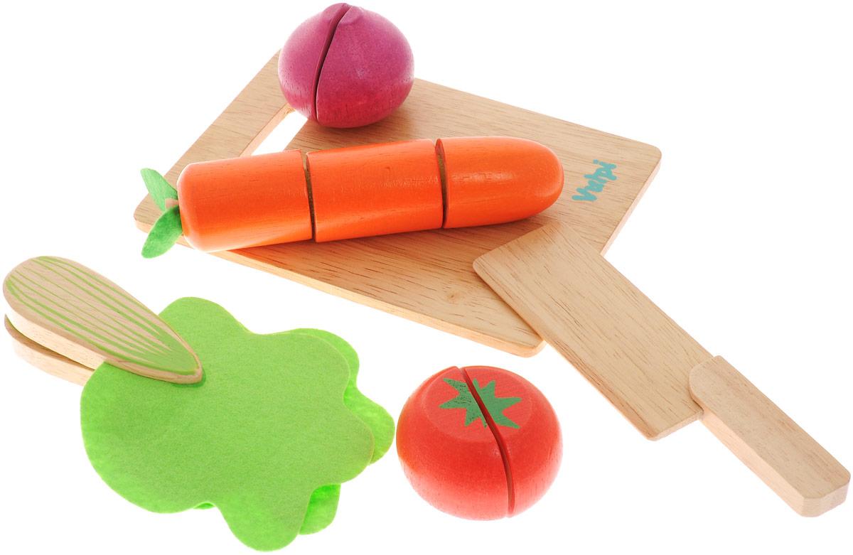 Vulpi Игрушечный набор Овощи17012Игровой набор Vulpi Овощи, несомненно, привлечет внимание вашей малышки и не позволит ей скучать. Набор включает в себя игрушечные овощи (морковка, салат, помидор, лук), а также нож для нарезки и доска. Все предметы изготовлены из высококачественного дерева. Для имитации нарезки каждый продукт состоит из разъединяющихся частей на липучках. Набор окрашен в яркие цвета нетоксичными, безопасными красками. Увлекательная игра поможет развить вашему ребенку воображение и фантазию, мелкую моторику рук. С этим набором маленькая хозяйка будет часами занята интересной игрой и сможет вкусно накормить всех своих кукол.