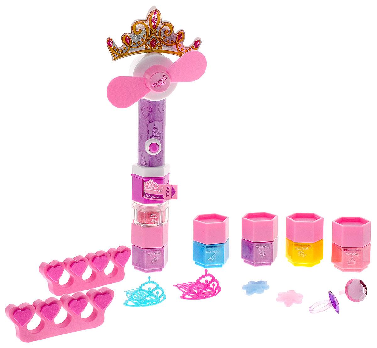 Markwins Игровой набор детской декоративной косметики для ногтей Disney Princess9604151_2Игровой набор детской декоративной косметики Markwins Disney Princess - отличный подарок для каждой девочки! С его помощью можно делать маникюр и педикюр, создавать собственные, эксклюзивные дизайны. Кроме того, в комплекте прилагается вентилятор, предназначенный для ускоренной сушки ногтей. Лаки на водной основе, они не вредят ногтевой кутикуле и легко смываются. Детская косметика Markwins создана с соблюдением самых высоких европейских стандартов безопасности. Продукция не содержит парабенов, пальмового масла. Несмотря на высокое качество продукции, ее общую гипоаллергенность, производитель рекомендует проверить индивидуальную реакцию на косметику перед ее использованием. Просто нанесите на кожу немного косметики и подержите 30-60 минут. Если на коже появится покраснение, следует прекратить использование продукции. Эта аллергическая реакция проявляется очень редко и зависит от индивидуальных особенностей организма.