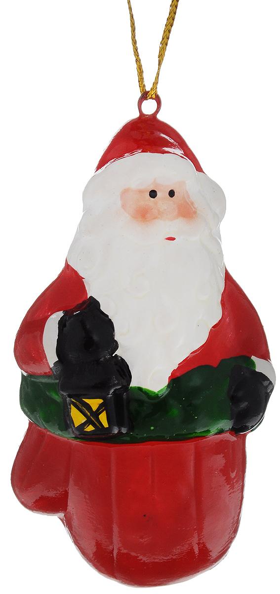 Украшение новогоднее подвесное House & Holder Дед Мороз, высота 9,5 см. HY11866HY11866_белый,красный/дед морозНовогоднее подвесное украшение House & Holder Дед Мороз выполнено из керамики. С помощью специальной петельки украшение можно повесить в любом понравившемся вам месте. Но, конечно, удачнее всего оно будет смотреться на праздничной елке. Елочная игрушка - символ Нового года. Она несет в себе волшебство и красоту праздника. Создайте в своем доме атмосферу веселья и радости, украшая новогоднюю елку нарядными игрушками, которые будут из года в год накапливать теплоту воспоминаний. Размер: 4,5 х 3 х 9,5 см.