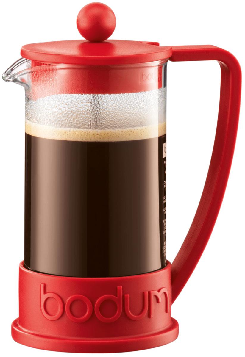 Кофейник с прессом Bodum Brazil, 350 мл, цвет: красный10948-294Кофейник Bodum Brazil изготовлен из высококачественного стекла и оснащен фильтром french press из нержавеющей стали, который позволяет легко и просто приготовить отличный напиток. Кофейник оснащен удобной пластиковой ручкой, что исключает его выскальзывание из руки и помещен в оправу из пластика, которая эффективно защищает стекло. Настоящим ценителям натурального кофе широко известны основные и наиболее часто применяемые способы его приготовления: эспрессо, по-турецки, гейзерный. Однако существует принципиально иной способ, известный как french press, благодаря которому приготовление ароматного напитка стало гораздо проще.