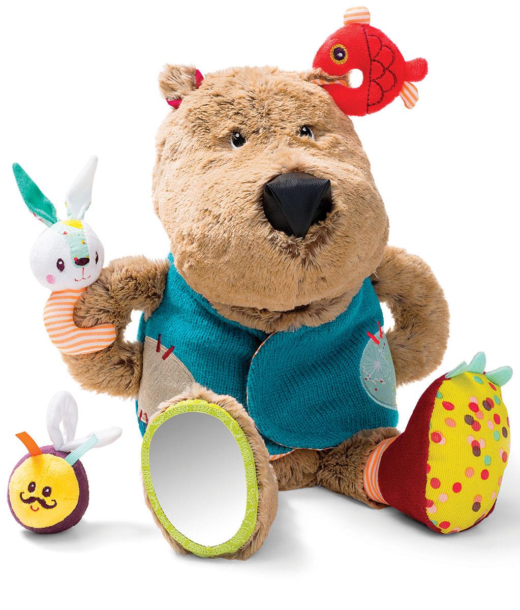 Lilliputiens Развивающая игрушка Медвежонок Цезарь86784Нажмите на мордочку Цезаря, и медвежонок зарычит: он очень проголодался! Скорее накормите его: положите ему в пасть рыбку, зайчика или... шмеля. Они, конечно же, слишком юркие и не дадут себя проглотить! Смотрите, как они дразнят медвежонка, повиснув у него на жилете. Развивающая игрушка Lilliputiens Медвежонок Цезарь способствует развитию у малыша сенсорных навыков и мелкой моторики рук.